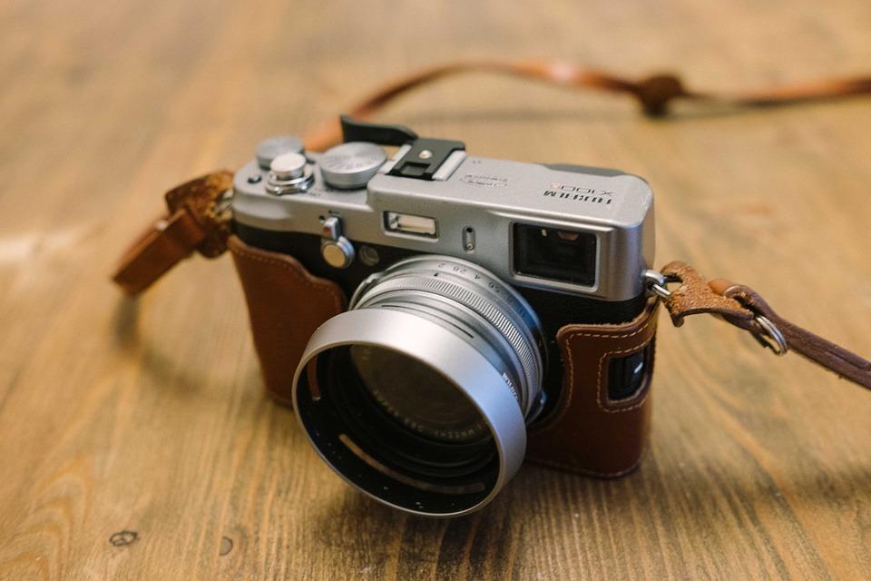 Image of a mirrorless Fuji camera to show the debate between mirrorless vs DSLR cameras