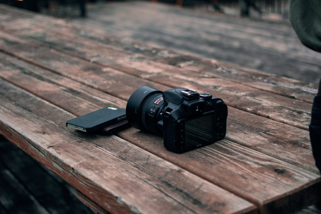 Image of a DSLR and mirrorless phone camera to show choice between mirrorless or DSLR